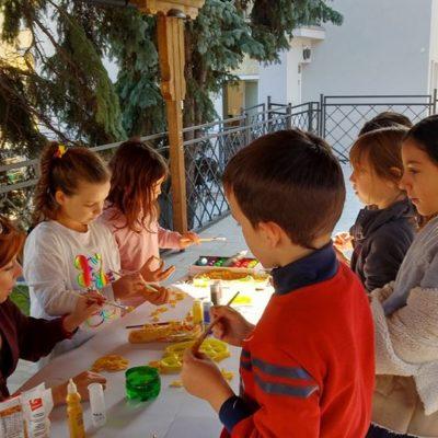 Nastavnica Simona i deca u umetničkom zanosu